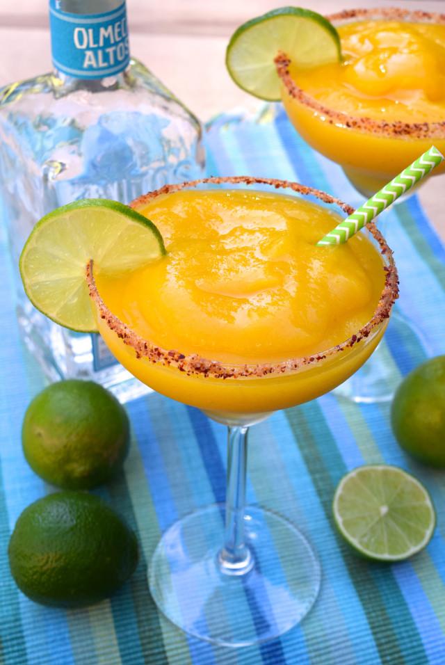 How To Make Frozen Mango Margaritas | www.rachelphipps.com @rachelphipps