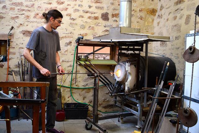 Glassmaker in Terrasson, Aquitane | www.rachelphipps.com @rachelphipps