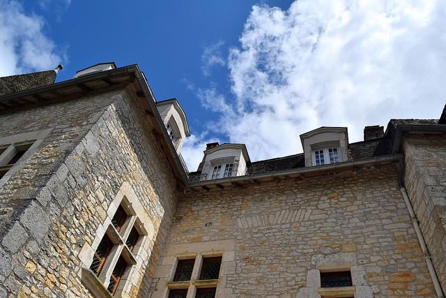Looking up at Chateau de la Treyne | www.rachelphipps.com @rachelphipps