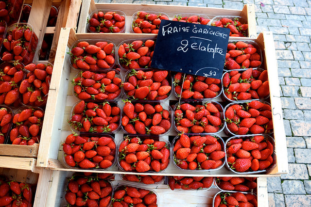 Local Strawberries at Sarlat Market | www.rachelphipps.com @rachelphipps