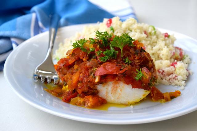 Skinny Tomato Turmeric Cod with Cauliflower Pomegranate Rice   www.rachelphipps.com @rachelphipps