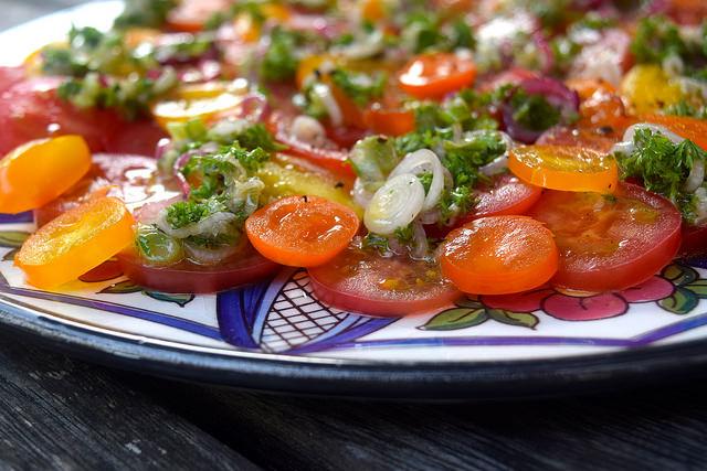 Easy Tomato Salad | www.rachelphipps.com @rachelphipps