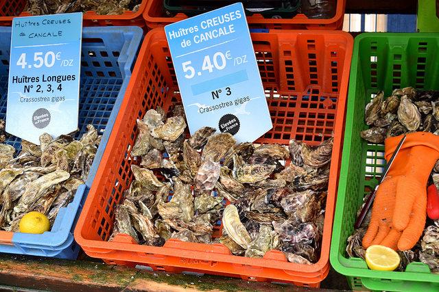 Cancale Oyster Market | www.rachelphipps.com @rachelphipps