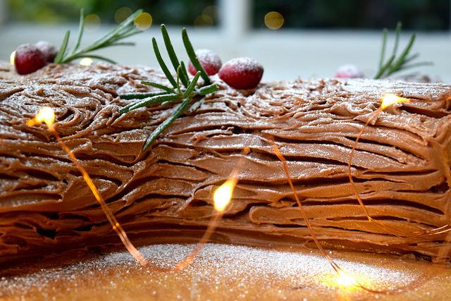 Easy Christmas Chocolate Yule Log | www.rachelphipps.com @rachelphipps