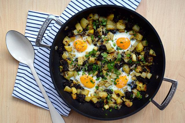Baked Eggs with Black Pudding, Potatoes & Onions   www.rachelphipps.com @rachelphipps