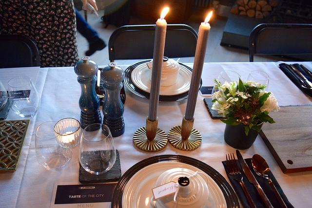 Setting the table with Le Creuset   www.rachelphipps.com @rachelphipps