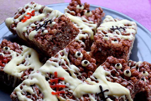 Mummified Cocoa Pops Treats for Halloween   www.rachelphipps.com @rachelphipps