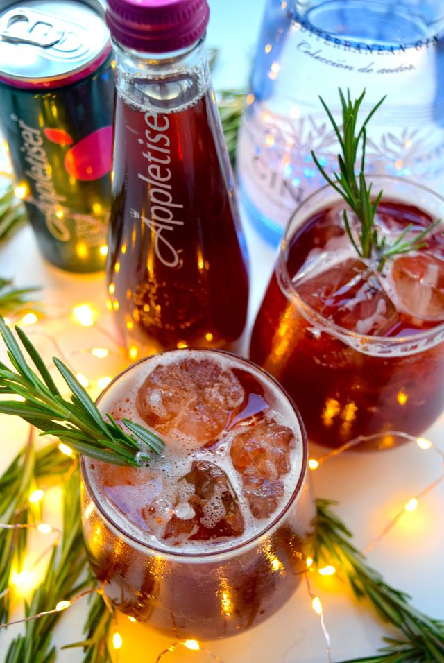 Festive Pomegranate & Rosemary Spritz #christmas #cocktail #pomegranate | www.rachelphipps.com @rachelphipps