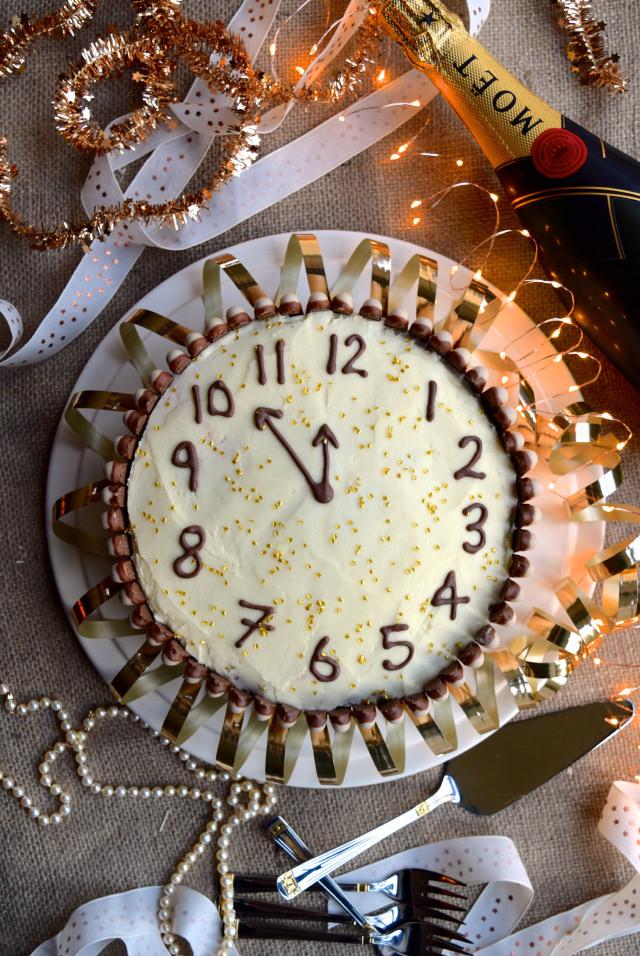 New Years Eve Clock Cake #newyear #newyearseve #cake #baking #party #chocolate #cherry #cognac