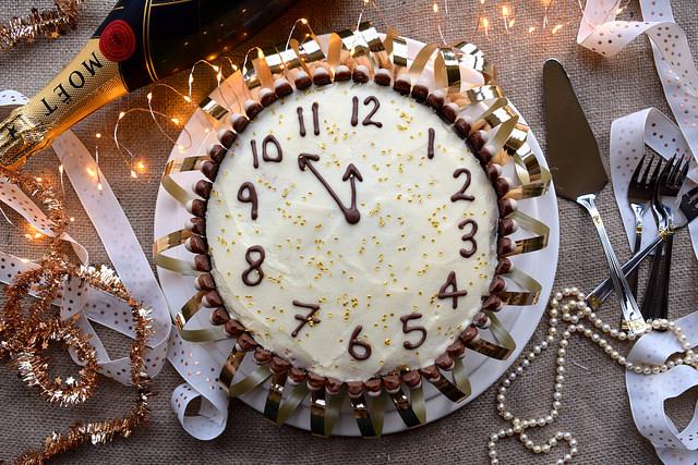 New Years Clock Cake #newyear #newyearseve #cake #baking #party #chocolate #cherry #cognac