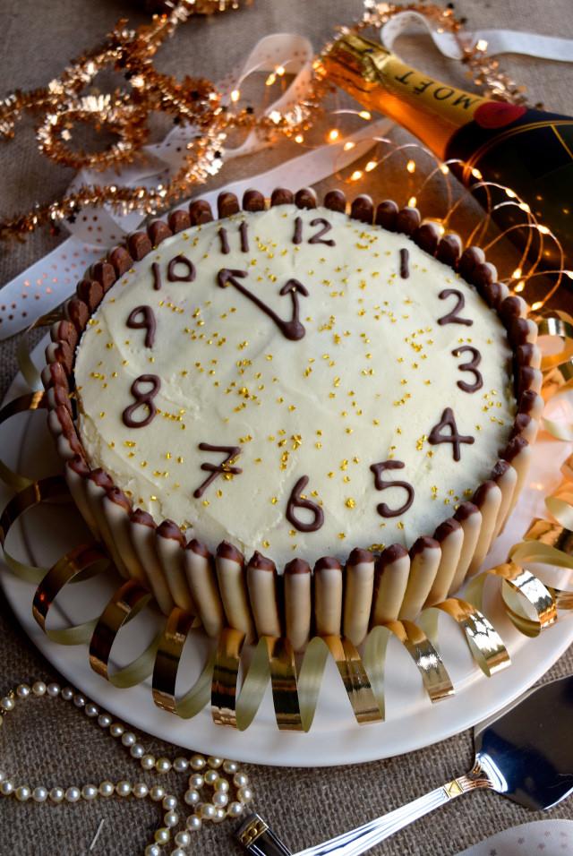 Chocolate, Cherry and Cognac New Years Eve Clock Cake #newyear #newyearseve #cake #baking #party #chocolate #cherry #cognac