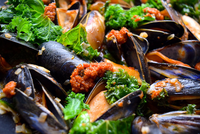 One Pan Mussels with Sundried Tomato Pesto & Kale #mussels #shellfish #seafood #pesto #kale #dinner