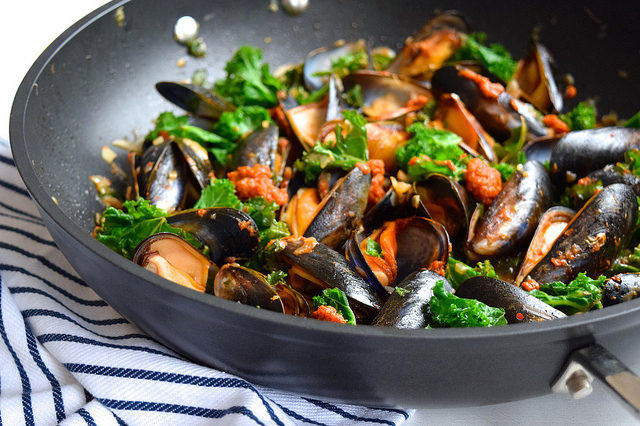 Mussels with Sundried Tomato Pesto and Kale #mussels #seafood #tomato #pesto #kale #dinner #onepan #onepot